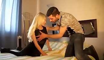 Cette jolie blonde bien foutue se lance dans le porno et passe son premier casting